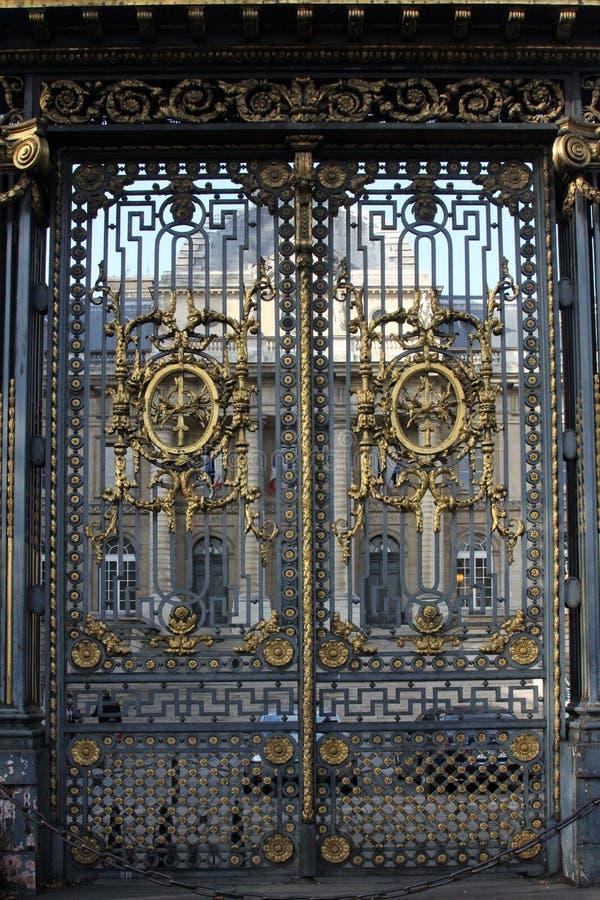 Puerta de oro en el palacio de la justicia en París fotografía de archivo