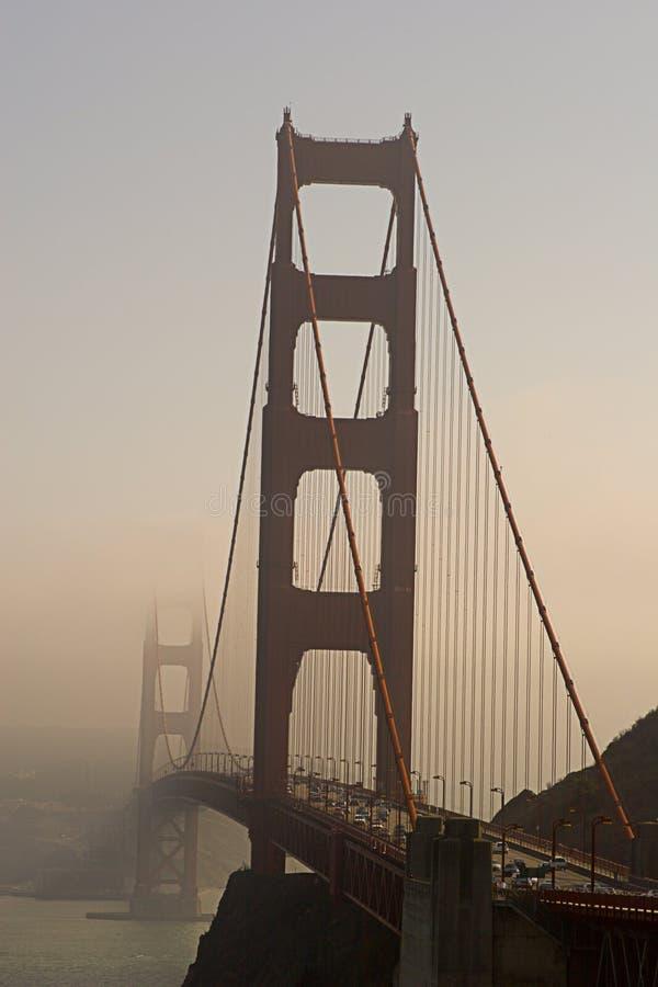 Puerta de oro en niebla imagenes de archivo