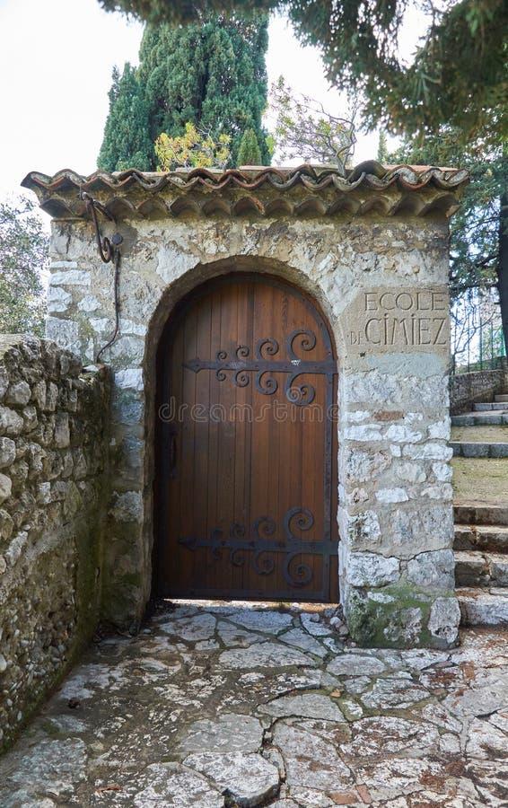 Puerta de piedra con puerta de madera fotos de archivo
