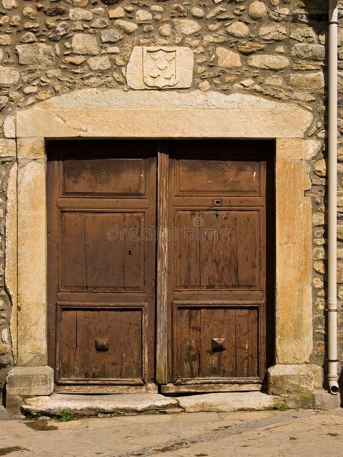 Puerta de piedra vieja cuadrada y hoja de madera doble foto de archivo libre de regalías