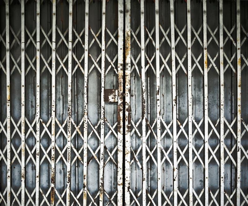 Puerta de plegamiento de acero imagenes de archivo
