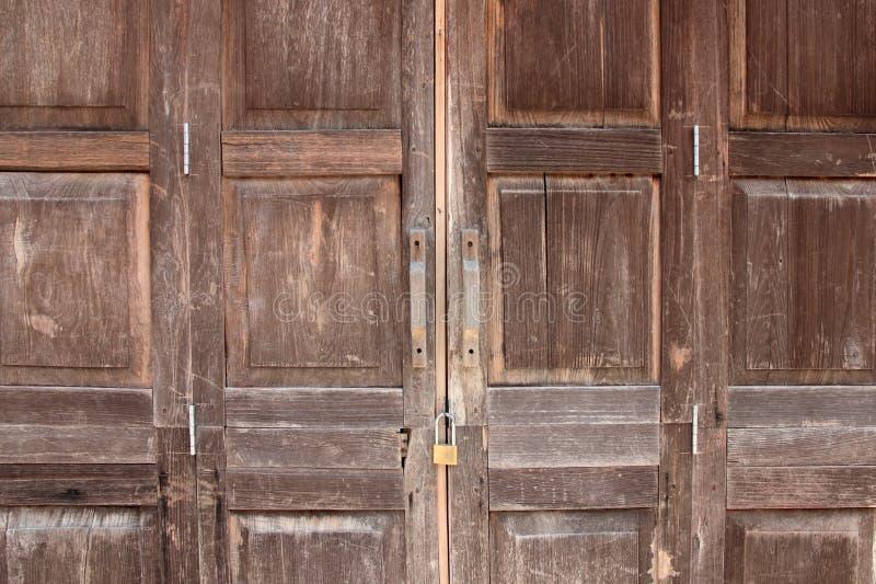 Puerta de plegamiento de madera vieja foto de archivo