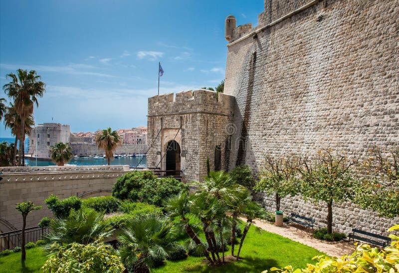 Puerta de Ploce y St Ivana del fuerte en las paredes de la ciudad de Dubrovnik fotografía de archivo