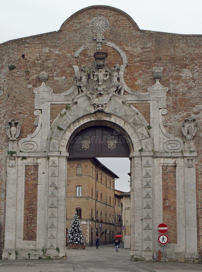 Puerta de Porta Camollia con el escudo heráldico de Medici foto de archivo libre de regalías