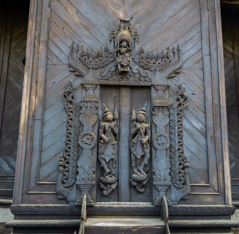 Puerta de talla de madera de Ancien foto de archivo
