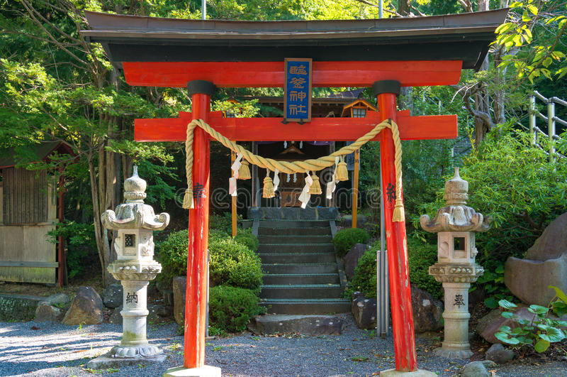 Puerta de Torii cerca de la capilla de Niikura Fuji Sengen imágenes de archivo libres de regalías