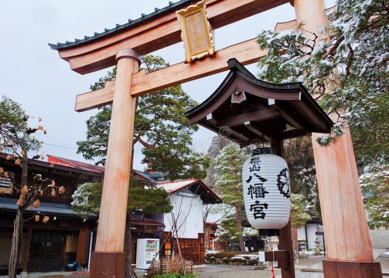 Puerta de Torii en la capilla de Sakurayama Hachimangu foto de archivo