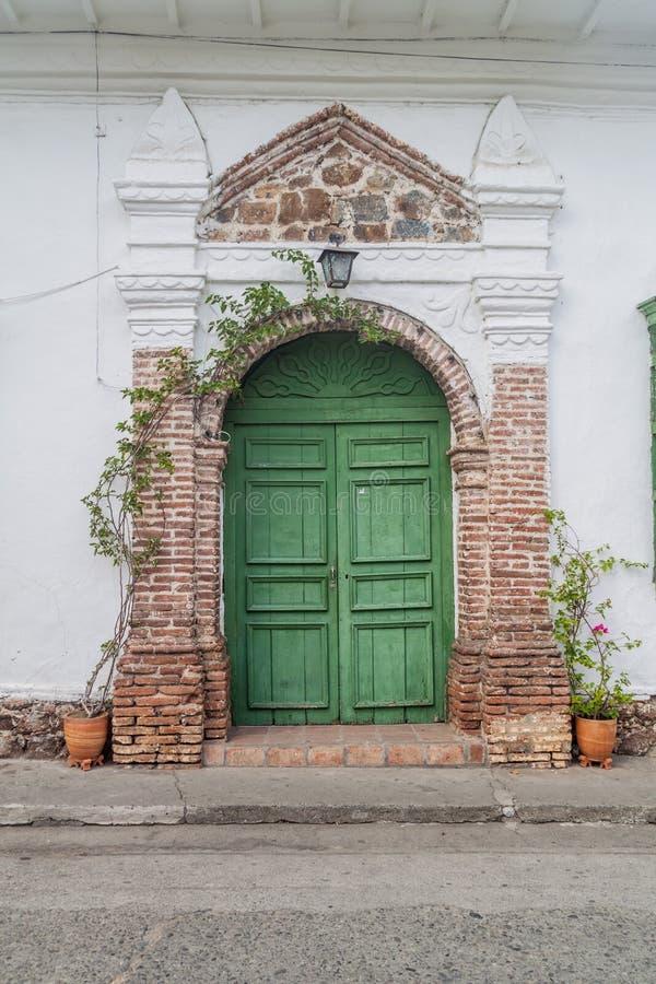 Puerta de una casa colonial vieja en Santa Fe de Antioquia, Colomb fotos de archivo libres de regalías