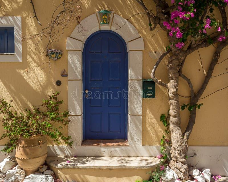 Puerta de una casa, Kefalonia Grecia de Assos fotos de archivo