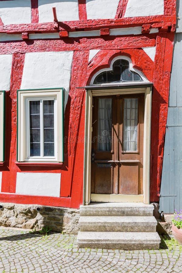 Puerta de una casa vieja en Herborn, Alemania fotos de archivo