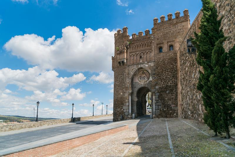Puerta de Valmardà ³ n i den historiska staden av Toledo med trevlig sk arkivbild
