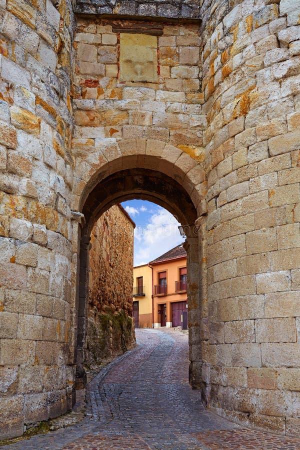 Puerta de Zamora de Dona Urraca en España fotos de archivo