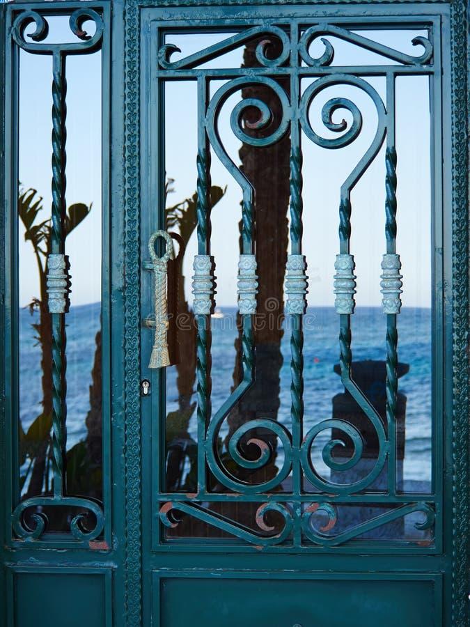Puerta decorativa del hierro labrado del viejo vintage foto de archivo