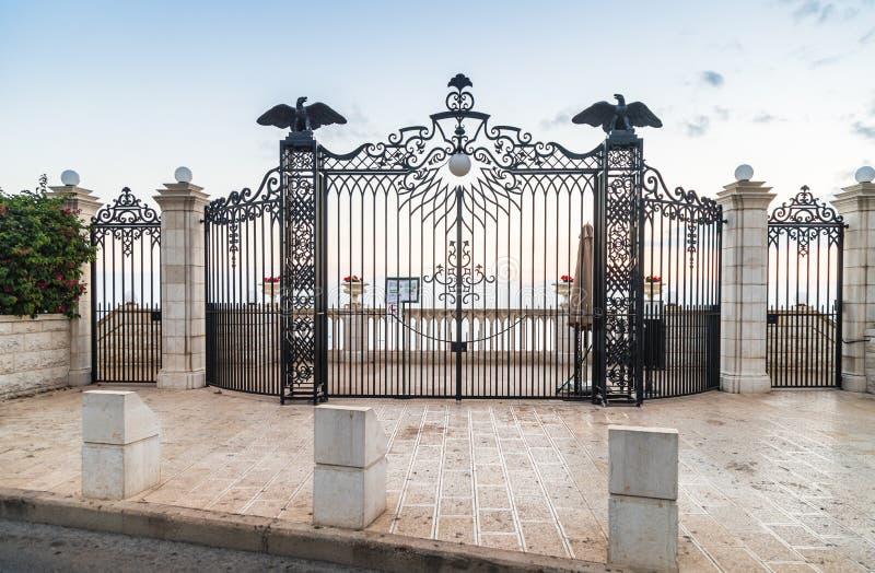 Puerta decorativo adornada con las linternas y las águilas decorativas - la entrada superior al jardín de Bahai en la calle Yefe  imagen de archivo