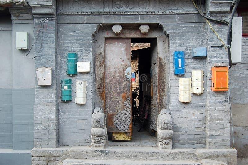 Puerta decrépita del patio de Hutong imagen de archivo libre de regalías