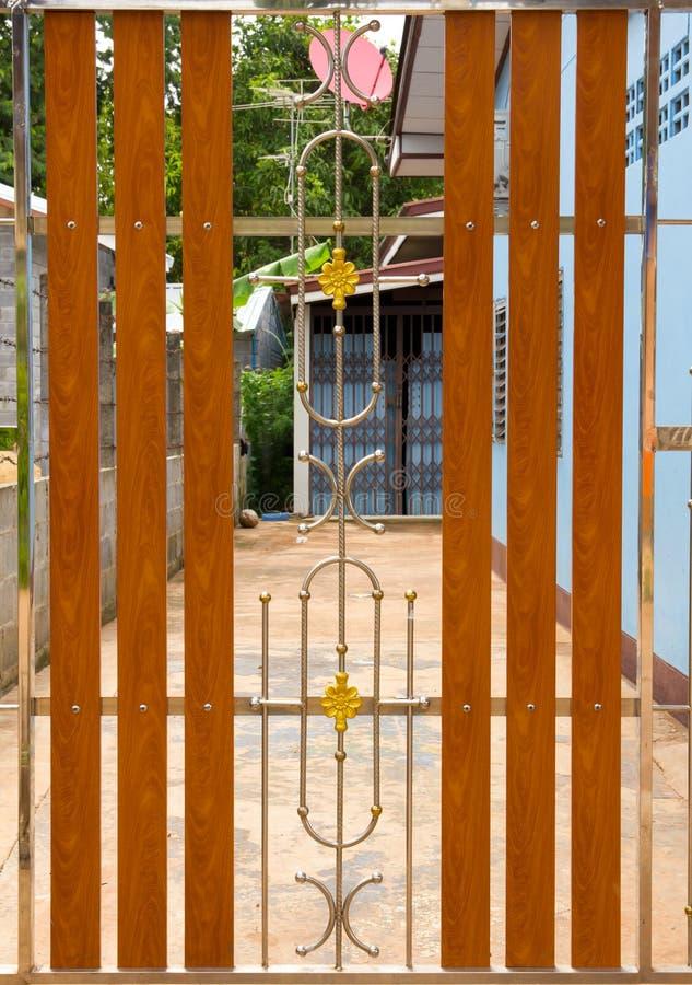 Puerta Del Acero Inoxidable Y De Madera Imagen de archivo - Imagen ...