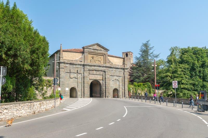 Puerta del ` Agustín de Augustine Porta Sant del santo en Bérgamo imagen de archivo