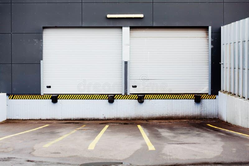 Puerta del almacenaje para descargar el cargo imagenes de archivo