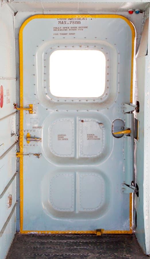 Puerta del avión militar dentro imagen de archivo