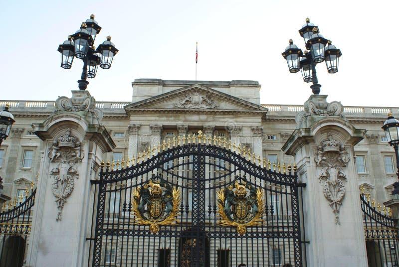 Puerta del Buckingham Palace en Londres, Inglaterra, Europa imagenes de archivo