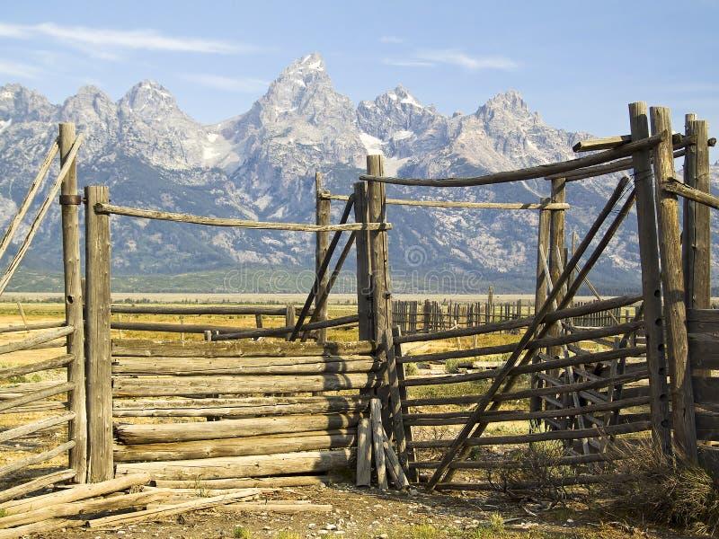 Puerta del corral de Tetons, Wyoming fotografía de archivo