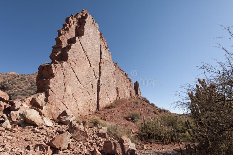 Puerta del Diablo, aka puerta de los diablos, formación de roca roja en Canyon rojo seco Quebrada de Palmira cerca de Tupiza, bol fotografía de archivo libre de regalías