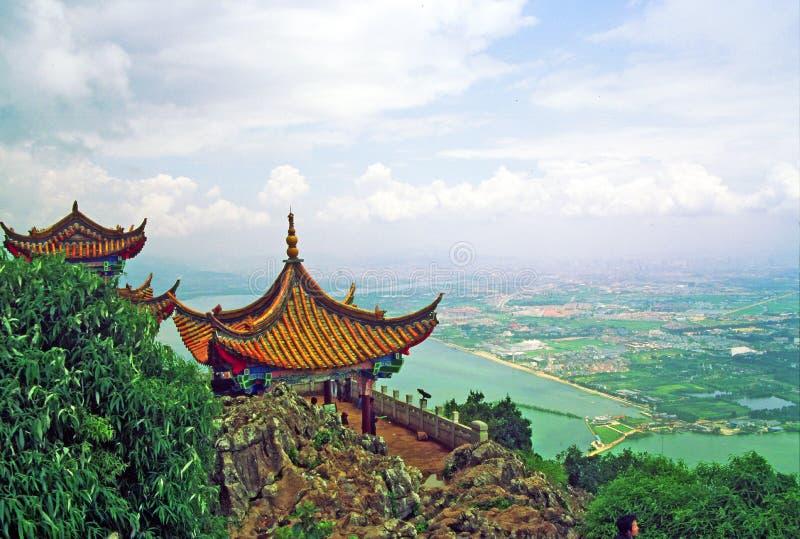 Puerta del dragón en Kunming fotos de archivo