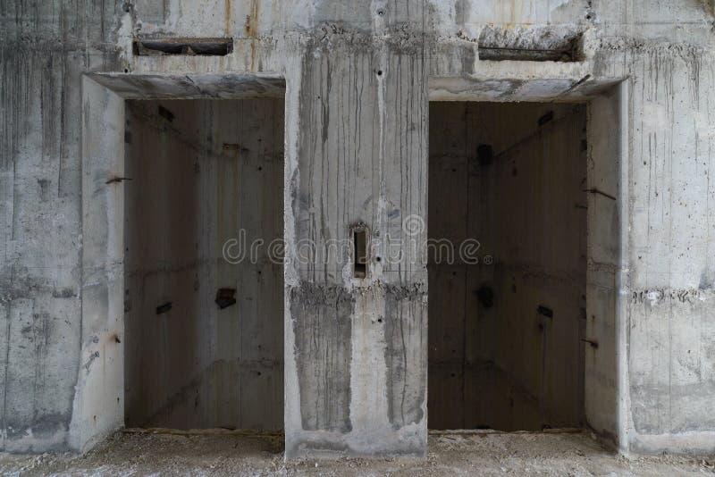 Puerta del elevador bajo construcción imagen de archivo libre de regalías