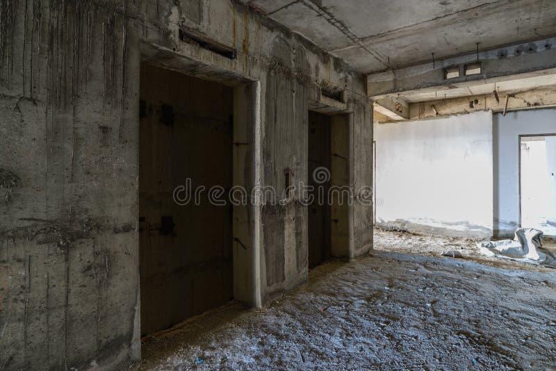 Puerta del elevador bajo construcción imágenes de archivo libres de regalías