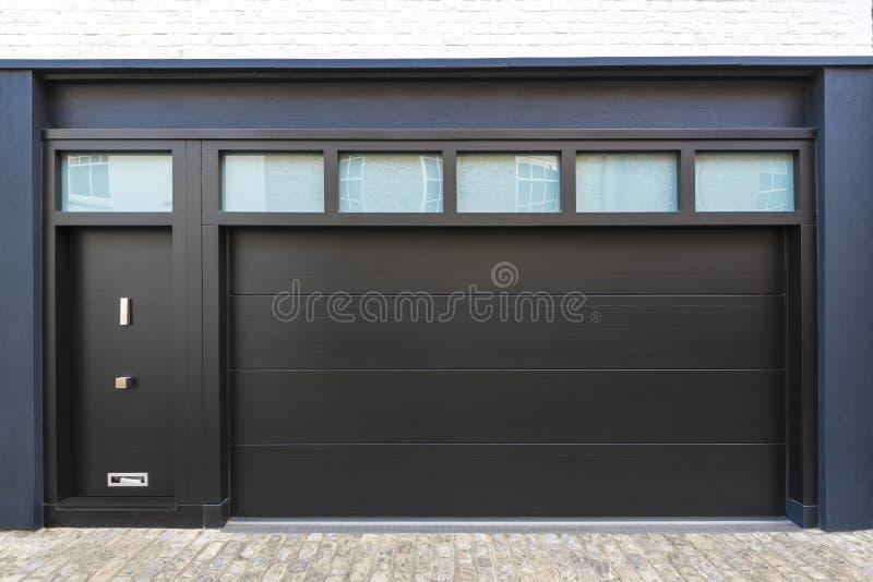Puerta del garaje imágenes de archivo libres de regalías