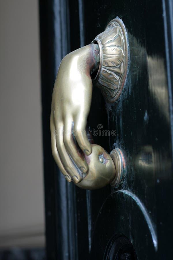 Puerta del golpeador de la mano imagen de archivo libre de regalías