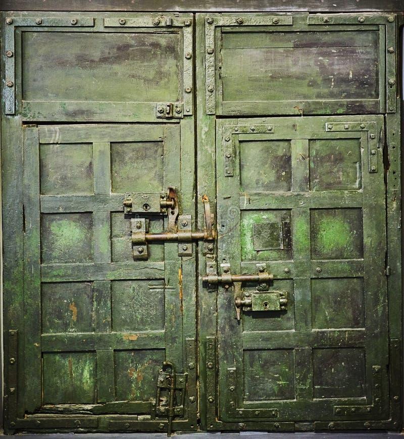 Puerta del Grunge al viejo cachot de la celda de prisión fotos de archivo libres de regalías