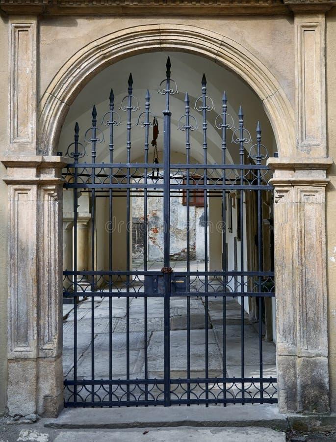 Puerta del hierro con la rejilla foto de archivo