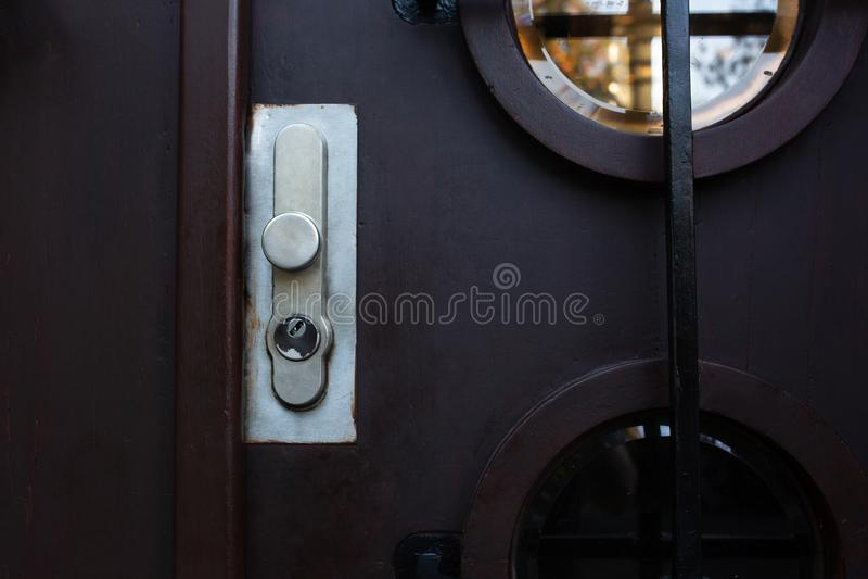 Puerta del hierro con una manija y un ojo de la cerradura del metal Espacio vacío foto de archivo libre de regalías