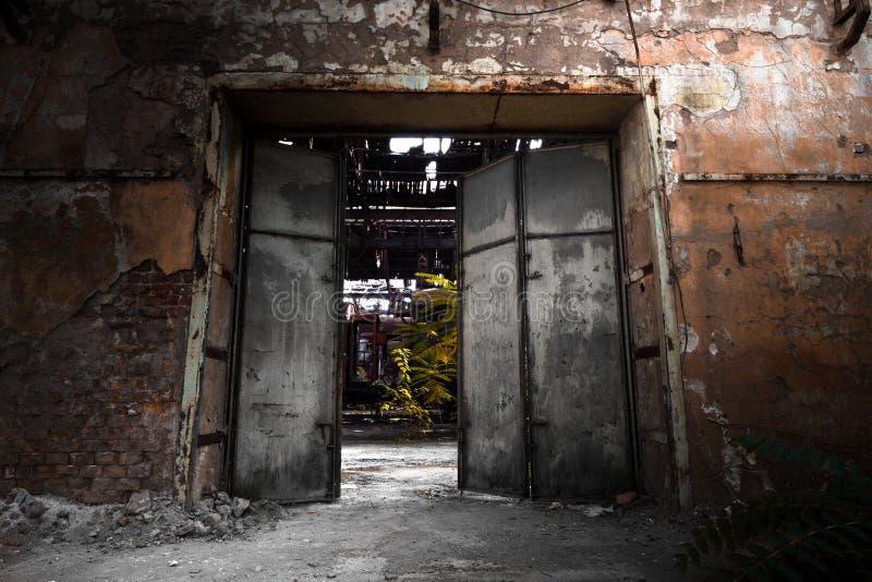 Puerta del hierro en un edificio industrial imagenes de archivo