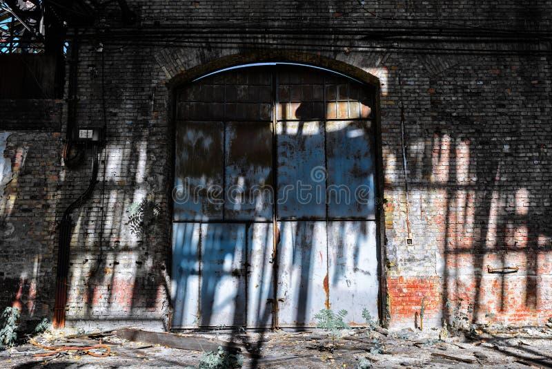 Puerta del hierro en un edificio industrial fotografía de archivo