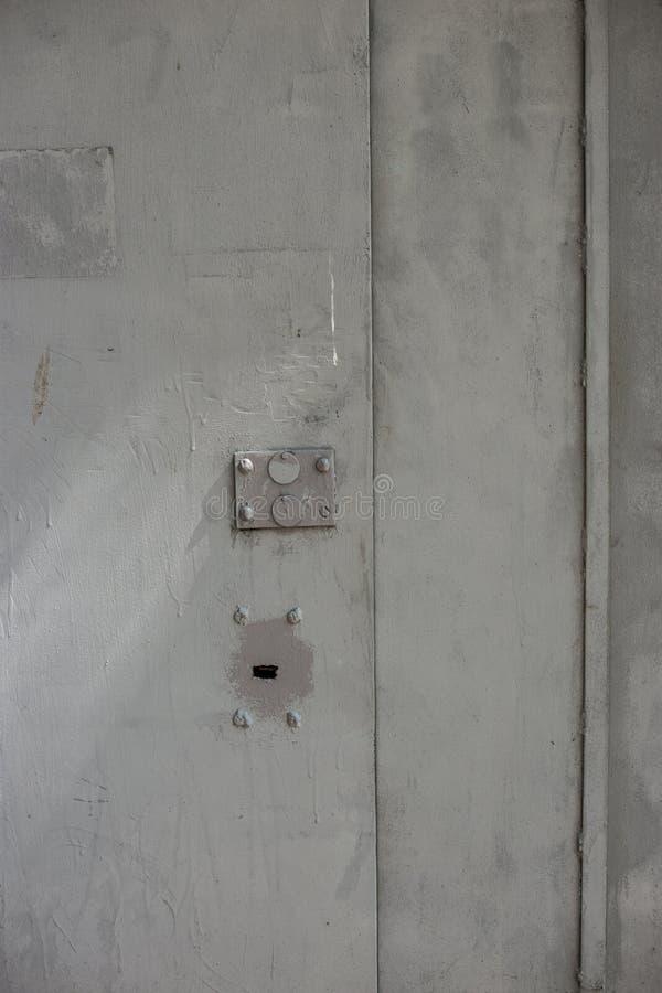 Puerta del hierro gris con la cerradura imagen de archivo libre de regalías