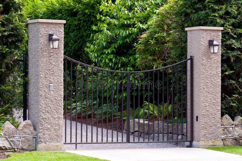 Puerta del hierro labrado fotografía de archivo libre de regalías