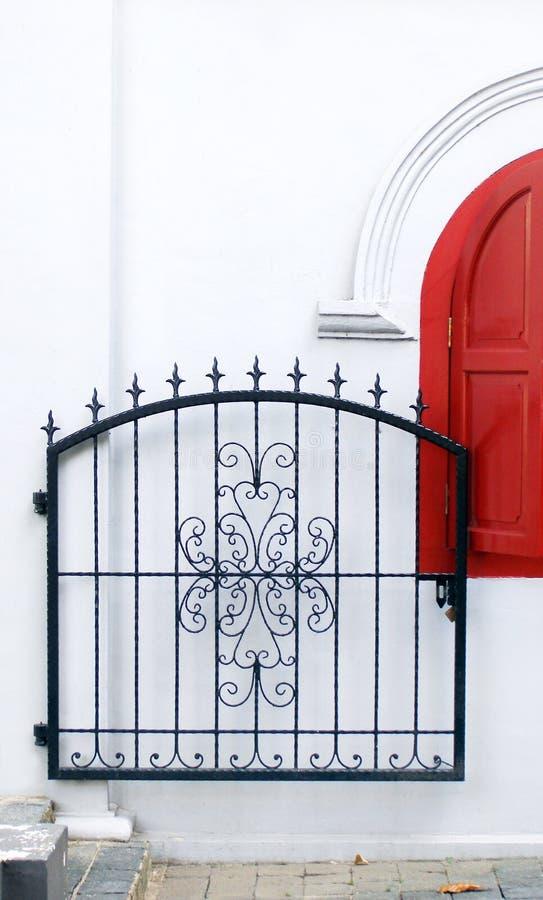Puerta del hierro labrado adornada foto de archivo libre de regalías