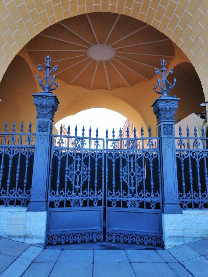 Puerta del hierro labrado con los modelos imagen de archivo
