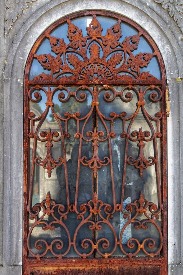 Puerta del hierro labrado en cementerio imágenes de archivo libres de regalías