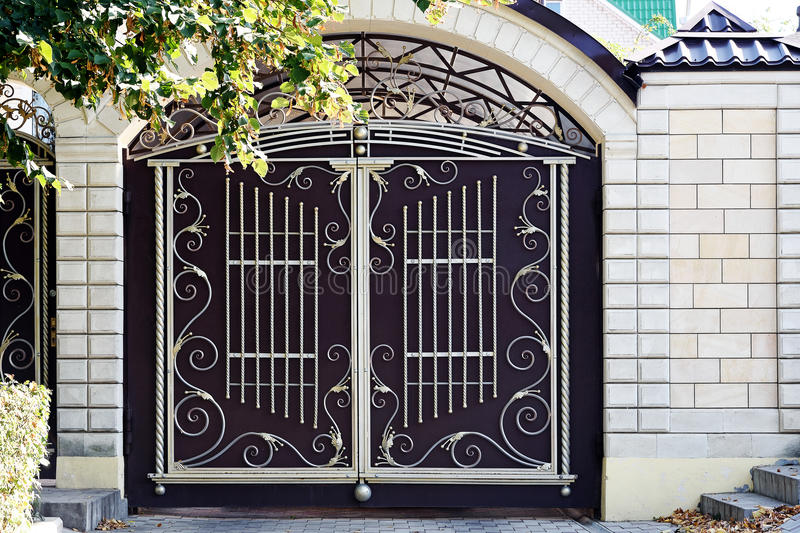 Puerta del hierro labrado en el arco imagen de archivo