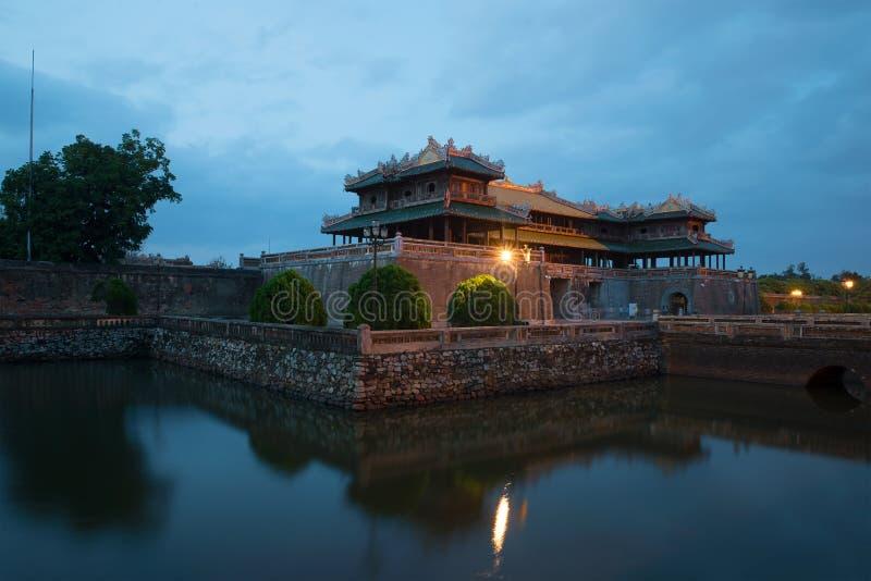 Puerta del mediodía de la ciudad Prohibida imperial en crepúsculo de la tarde Tonalidad, Vietnam fotos de archivo