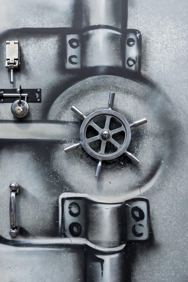 Puerta del metal con diseño pintado de la pintada foto de archivo
