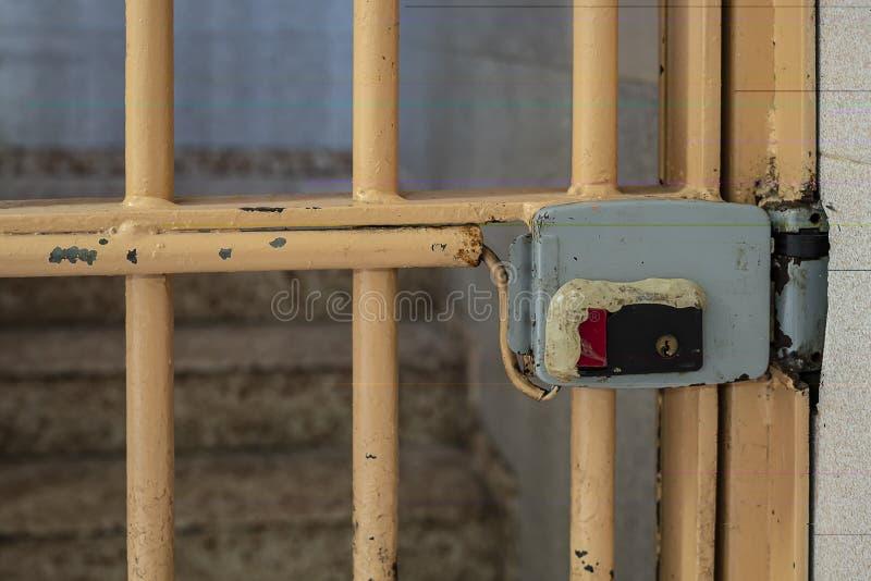 puerta del metal con la parrilla y la cerradura electrónica, cierre para arriba foto de archivo libre de regalías