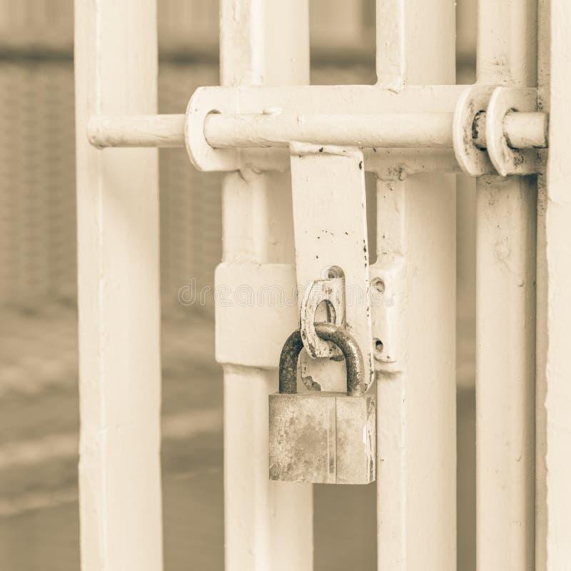Puerta del metal del primer con la seguridad oxidada del cierre del candado, protectio fotografía de archivo