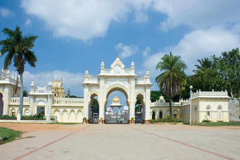 Puerta del norte del palacio del Maharaj3a de Mysore foto de archivo