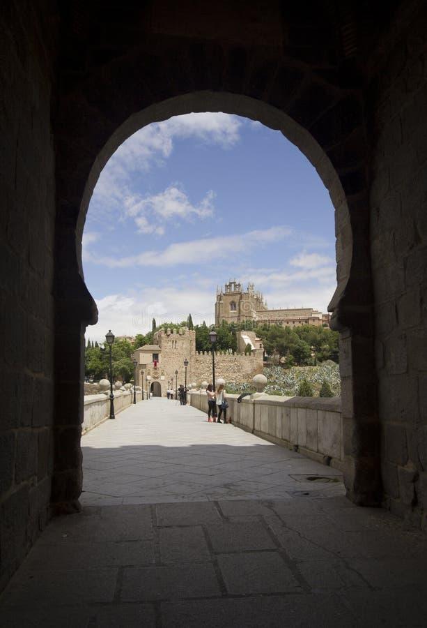Puerta del puente del ` s de San Martín en Toledo, España imagen de archivo