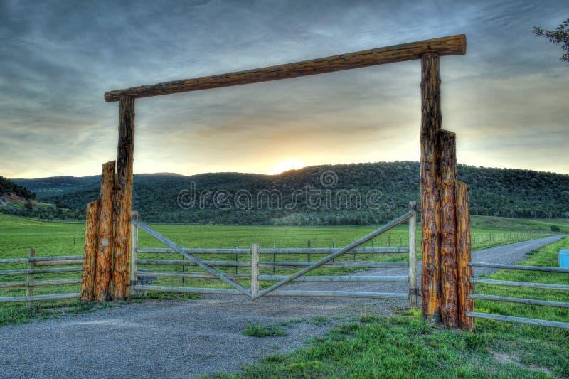 Puerta del rancho en las montañas rocosas foto de archivo libre de regalías