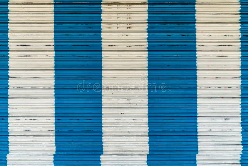 Puerta del rodillo de la hoja de metal azul y blanco fotografía de archivo